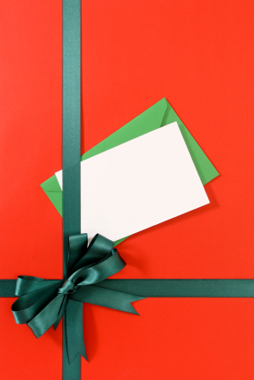 Green gift ribbon on red paper with blank message card (XL)